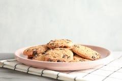 Πιάτο με τα μπισκότα τσιπ σοκολάτας και διάστημα για το κείμενο στοκ φωτογραφία