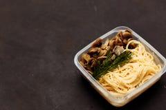Πιάτο με τα νόστιμα ζυμαρικά στον πίνακα στοκ φωτογραφία