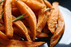 Πιάτο με τα νόστιμα τηγανητά γλυκών πατατών στοκ φωτογραφίες