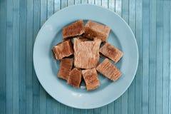 Πιάτο με τα τεμαχισμένα κομμάτια του μαγειρευμένου κρέατος Στοκ φωτογραφίες με δικαίωμα ελεύθερης χρήσης