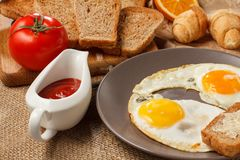 Πιάτο με τα τηγανισμένα αυγά, φρυγανιά με το βούτυρο, croissants, ψωμί στο W Στοκ φωτογραφία με δικαίωμα ελεύθερης χρήσης