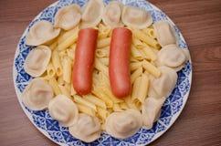 Πιάτο με τα τρόφιμα, λουκάνικα, μπουλέττες, ζυμαρικά Στοκ Φωτογραφία