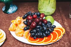 Πιάτο με τα φρούτα και τα μούρα στοκ εικόνα με δικαίωμα ελεύθερης χρήσης