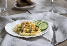 Πιάτο με την πετσέτα ζυμαρικών και δικράνων μυδιών Στοκ φωτογραφία με δικαίωμα ελεύθερης χρήσης