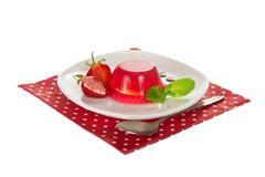 Πιάτο με τη ζελατίνα, φέτες της φράουλας και της μέντας Στοκ Φωτογραφίες