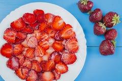 Πιάτο με τις τεμαχισμένες φράουλες στοκ φωτογραφίες