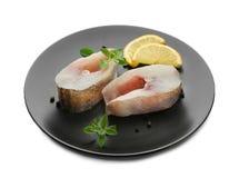Πιάτο με τις φρέσκες μπριζόλες ψαριών στο υπόβαθρο Στοκ Εικόνες