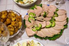 Πιάτο με το βόειο κρέας και το αγγούρι Στοκ φωτογραφία με δικαίωμα ελεύθερης χρήσης