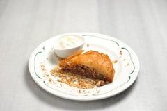 Πιάτο με το ελληνικό baklava στοκ εικόνες