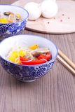 Πιάτο με το κινεζικό vermicelle και το μικτό πιπέρι Στοκ Εικόνες