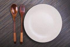 Πιάτο με το κουτάλι και το δίκρανο Στοκ φωτογραφία με δικαίωμα ελεύθερης χρήσης
