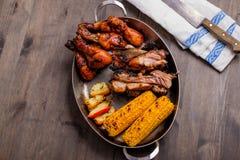 Πιάτο με το μικτό bbq χοιρινό κρέας Στοκ Εικόνες