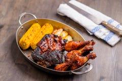 Πιάτο με το μικτό bbq χοιρινό κρέας Στοκ φωτογραφία με δικαίωμα ελεύθερης χρήσης