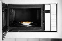 Πιάτο με το σάντουιτς τυριών στο φούρνο μικροκυμάτων Στοκ Εικόνα