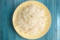Πιάτο με το τεμαχισμένο άσπρο λάχανο Στοκ Εικόνα