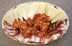 Πιάτο με το τεμαχισμένο σπιτικό τυρί, το ζαμπόν, τα λουκάνικα και το prosciutto προβάτων Εσωτερική και έννοια οργανικής τροφής στοκ φωτογραφίες