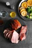 Πιάτο με το τεμαχισμένο ψημένο μέλι ζαμπόν και λαχανικά στον πίνακα στοκ φωτογραφίες με δικαίωμα ελεύθερης χρήσης