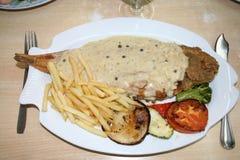 Πιάτο με το τηγανισμένα πέλμα και τα λαχανικά Στοκ φωτογραφία με δικαίωμα ελεύθερης χρήσης