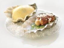 Πιάτο με το χέρι και τις γαρίδες Στοκ Εικόνα