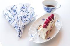 Πιάτο με το rasperry κέικ και ένα φλιτζάνι του καφέ Στοκ Φωτογραφίες