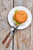 Πιάτο με burger στο ξύλο στοκ εικόνα