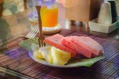 Πιάτο μικρών φρούτων με το καρπούζι και πεύκο Apple στο χαλί μπαμπού Στοκ Εικόνες
