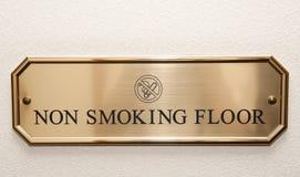 πιάτο ξενοδοχείων πατωμάτων ορείχαλκου που περιορίζει το κάπνισμα Στοκ Εικόνες