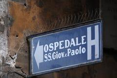 Πιάτο οδών που δείχνει τις κατευθύνσεις στη Βενετία, Ιταλία στοκ φωτογραφία με δικαίωμα ελεύθερης χρήσης