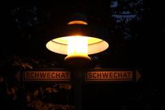 Πιάτο οδών Schwechat που παρουσιάζει κατευθύνσεις στοκ εικόνες