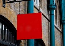 Πιάτο πινάκων διαφημίσεων επίδειξης κόκκινων τετραγώνων στην πόλη Στοκ φωτογραφίες με δικαίωμα ελεύθερης χρήσης