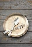 Πιάτο που θέτει το ξύλινο υπόβαθρο Στοκ εικόνες με δικαίωμα ελεύθερης χρήσης