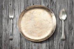Πιάτο που θέτει το ξύλινο υπόβαθρο Στοκ φωτογραφία με δικαίωμα ελεύθερης χρήσης