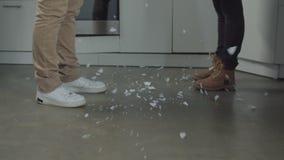 Πιάτο που σπάζει στα μικρά κομμάτια στην εσωτερική κουζίνα απόθεμα βίντεο