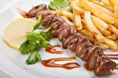 Πιάτο πρόσφατα προετοιμασμένος kebabs και τηγανητά στοκ εικόνα