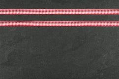 Πιάτο πλακών με τις κορδέλλες Στοκ φωτογραφία με δικαίωμα ελεύθερης χρήσης