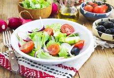 Πιάτο σαλάτας λαχανικών με το φρέσκο οργανικό μαρούλι, ντομάτες, ελιές Στοκ Φωτογραφία
