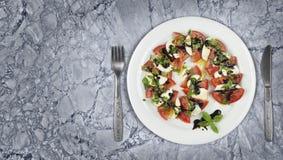 Πιάτο σαλάτας Caprese μαρμάρινο countertop Στοκ Εικόνα