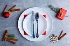 Πιάτο σε ένα πιάτο με ένα δίκρανο και μαχαίρι σε ένα υπόβαθρο πετρών Στοκ Φωτογραφίες