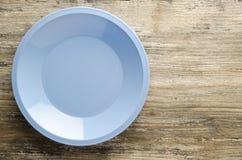 Πιάτο σε ένα ξύλινο υπόβαθρο τοπ άποψη πιάτων διάστημα αντιγράφων Στοκ φωτογραφία με δικαίωμα ελεύθερης χρήσης