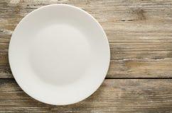 Πιάτο σε ένα ξύλινο υπόβαθρο τοπ άποψη πιάτων διάστημα αντιγράφων Στοκ φωτογραφίες με δικαίωμα ελεύθερης χρήσης