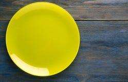 Πιάτο σε ένα ξύλινο υπόβαθρο Στοκ φωτογραφία με δικαίωμα ελεύθερης χρήσης