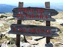 Πιάτο σημαδιών στο βουνό Penalara, η υψηλότερη αιχμή στη σειρά βουνών Guadarrama κοντά στη Μαδρίτη, Ισπανία στοκ εικόνα