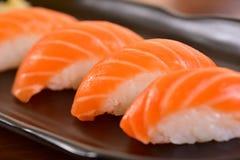 Πιάτο σουσιών nigiri σολομών Στοκ εικόνα με δικαίωμα ελεύθερης χρήσης