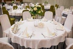 Πιάτο στο γαμήλιο πίνακα, τοποθετήσεις γαμήλιων πινάκων επιτραπέζιος γάμος γυαλιών εστίασης στοκ εικόνα