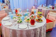 Πιάτο στο γαμήλιο πίνακα Στοκ Εικόνες