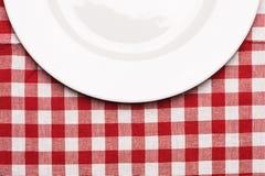 Πιάτο στο κλασικό ελεγμένο τραπεζομάντιλο Στοκ φωτογραφία με δικαίωμα ελεύθερης χρήσης