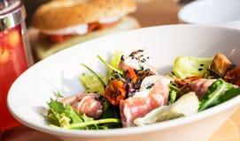 Πιάτο της νόστιμων σαλάτας και των ντοματών Στοκ Εικόνες