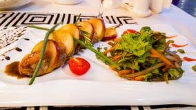 πιάτο της πάπιας με τα αχλάδια και του μαρουλιού σε ένα πιάτο Στοκ Φωτογραφία