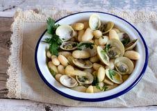 Πιάτο της σούπας θαλασσινών με τα μύδια, το μαϊντανό και το gnocchi Στοκ Φωτογραφίες