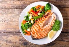 Πιάτο της ψημένης στη σχάρα μπριζόλας σολομών με τα λαχανικά Στοκ εικόνες με δικαίωμα ελεύθερης χρήσης